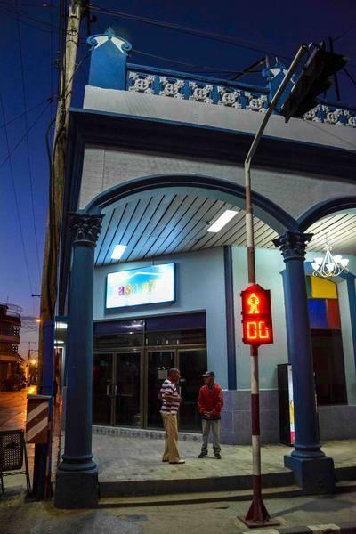Amanecer en la intersección de las calles Vicente García y Francisco Vega del centro de la ciudad capital, en Las Tunas, Cuba, el 18 de febrero de 2016.Foto: Yaciel Peña de la Peña / ACN
