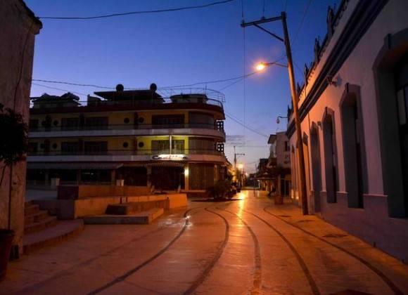 Amanecer en el bulevar del centro de la ciudad capital, en Las Tunas, Cuba, febrero de 2016. Foto: Yaciel Peña de la Peña / ACN
