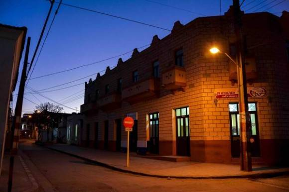 Amanecer en la calle Colón, en el centro de la ciudad capital, en Las Tunas, Cuba, febrero de 2016. Foto: Yaciel Peña de la Peña / ACN
