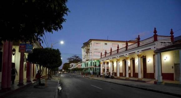 Amanecer en la calle Vicente García del centro de la ciudad capital, en Las Tunas, Cuba, febrero de 2016. Foto: Yaciel Peña de la Peña / ACN