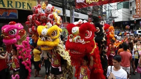 Un grupo de leones baila para recibir el Año Nuevo Chino en el barrio chino de Manila, Filipinas. (Foto: Reuters)