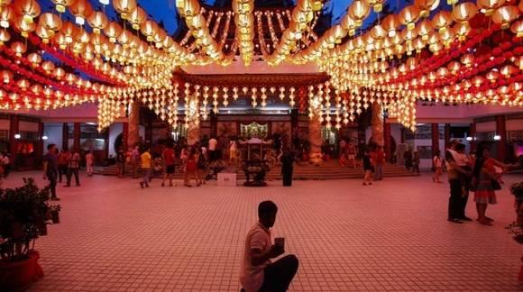 Un turista se toma una foto bajo de las linternas chinas tradicionales en Kuala Lumpur, Malasia. (Foto: AP)