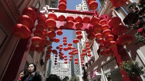 Hong Kong recibió el Año del Mono de fuego lleno de linternas rojas. (Foto: AP)