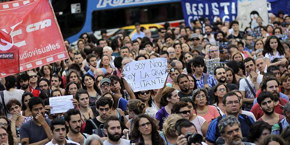 Agrupaciones políticas y sindicales marchan tras la decisión del Gobierno de despedir miles de funcionarios de la administración pública en Buenos Aires. Foto: EFE/Archivo