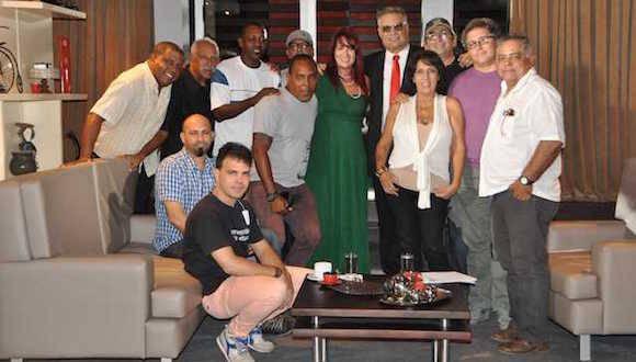 Parte del equipo de CDQSQ-2 con Blanca Rosa Blanco. Foto: Cortesía de Amaury Pérez