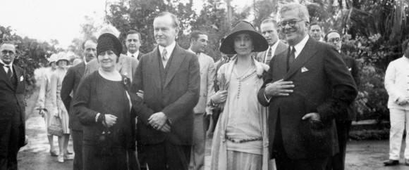 El Presidente Calvin Coolidge, segundo desde la izquierda, y su esposa, la primera dama Grace Coolidge, tercera por la izquierda,  con el dictador Gerardo Machado, a la derecha, y su esposa, Elvira, en la finca de Machado en La Habana, Cuba, el 19 de enero de 1928. Foto: White House