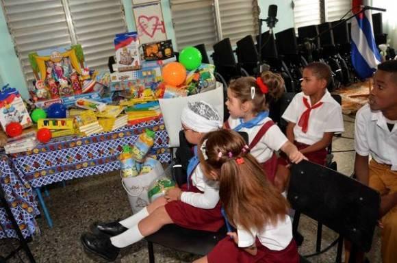 Su Santidad Kirill, Patriarca de Moscú y de Toda Rusia, en su visita a la escuela Solidaridad con Panamá,  en La Habana, realizó una donación de sillas de ruedas,  juguetes,  y otros equipos y útiles escolares para niños con necesidades especiales.  Cuba,  el 13 de febrero de 2016. Foto: Modesto Gutiérrez Cabo / ACN