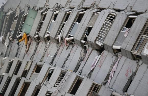 Un rescatista busca sobrevivientes entre los escombros de un edificio que colapsó. Foto Ap