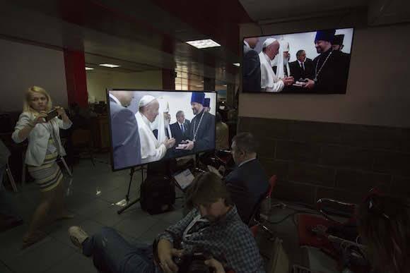 Reporteros siguen desde la sala de prensa los detalles del encuentro. Foto: Desmond Boylan/ AP