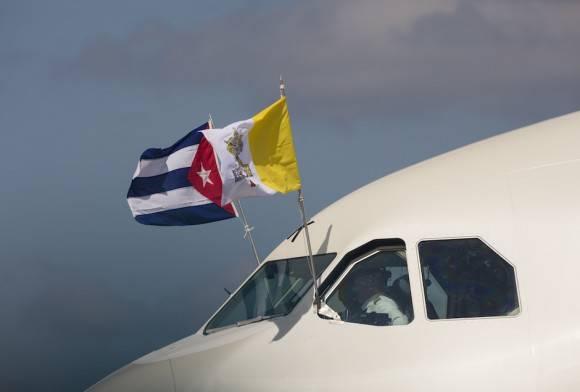 El avión de Alitalia en el que viaja el Papa despega rumbo a Ciudad México. Foto: Desmond Boylan/ Ap