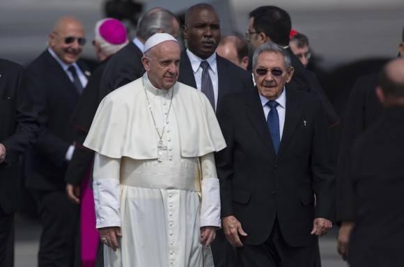 Raúl despide al Papa Francisco. Foto: Desmond Boyland/ AP