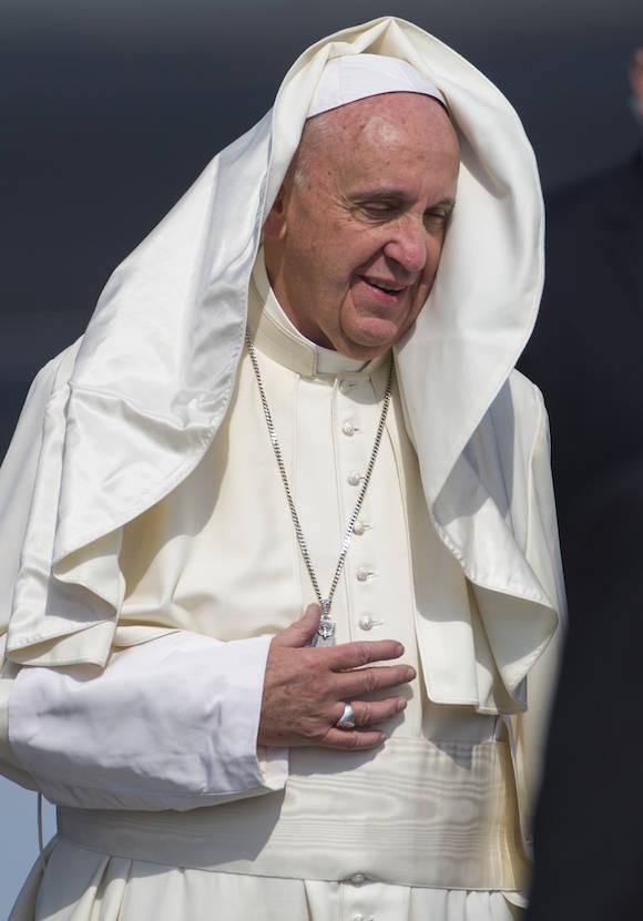 Raúl despide al Papa Francisco en el Aeropuerto Internacional José Martí. Foto: Desmond Boyland/ AP