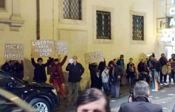 El Presidente se reunirá hoy con el papa Francisco. Ayer hubo una protesta del Grupo de Argentinos en Italia por la Memoria, la Verdad y la Justicia, que realizó un acto frente al Hotel de Russie, donde se aloja Macri