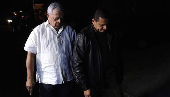 El ex general y diputado Mauricio Ernesto Vargas y el abogado Lisandro Quintanilla, representante legal del ex militar Carlos Mauricio Guzmán Aguilar, frente a la sede de la División Central de Investigaciones en San Salvador. Foto: AFP