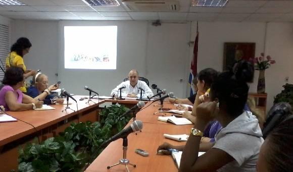 El ministro de Salud, Roberto Morales, en conferencia de prensa, explica los pormenores en la lucha contra el Zika y otras enfermedades. Foto: Susana Tesoro/ Cubadebate.
