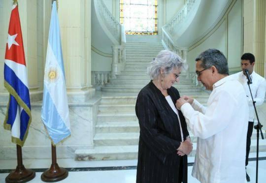 Condecora el Consejo de Estado con la Medalla de la Amistad a la ex Embajadora de la República Argentina en Cuba. Foto: Cancillería de Cuba.