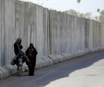 mujer iraqui en muro de tres metros de bagdad