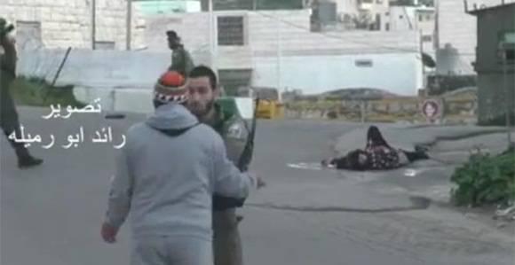 Un vídeo muestra cómo los soldados israelíes impiden la atención médica a una palestina a la que han tiroteado.