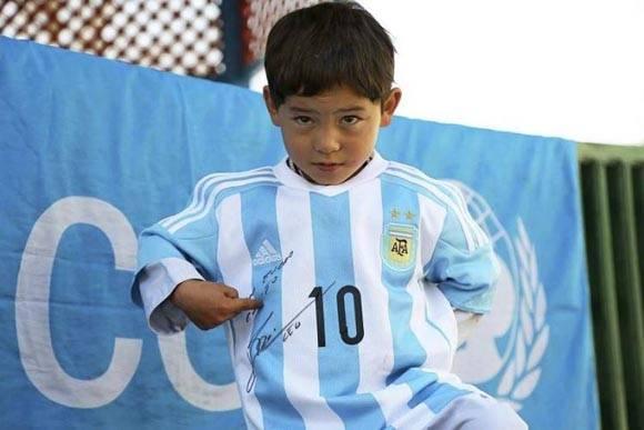 Murtaza Ahmadi, el niño afgano que recibió una camiseta firmada por Messi. Foto: Toronto Star.