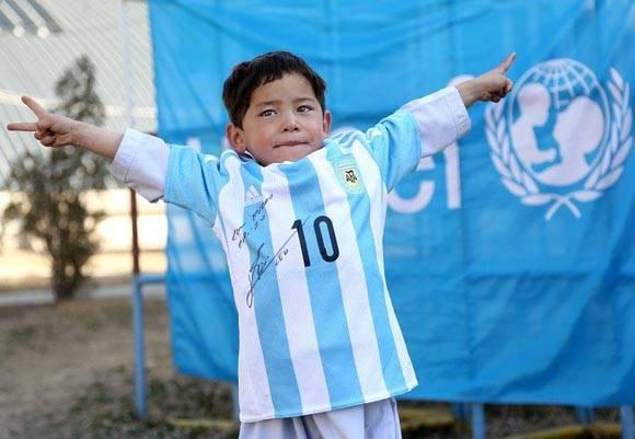 Amo a Messi y mi camiseta pone que Messi me ama, destacó el pequeño niño afgano. Foto: Toronto Star.