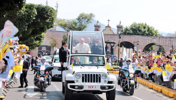 El Papa recorrió Morelia en su papamóvil durante unos 20 kilómetros. Foto: Twitter de Silvano Aureoles.