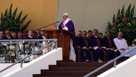 En su misa en Michoacán, el Papa Francisco llamó a los sacerdotes a tomar posición activa ante la resignación. Foto: @rnueva1140