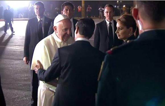 El Papa Francisco fue despedido por el presidente mexicano Enrique Peña Nieto. Foto: El Diario de Chihuahua.