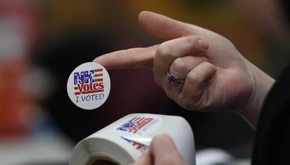 Un trabajador electoral organiza material propagandístico en Belmont, Nueva Hampshire. Foto: AFP