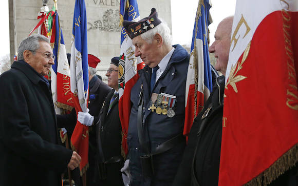 El Presidente cubano Raúl Castro Ruz y la delegación que le acompaña fueron recibidos de manera oficial esta mañana en una emotiva ceremonia realizada en el Arco de Triunfo, uno de los monumentos más significativos de París, en cuya base se encuentra la Tumba al Soldado Desconocido. Foto: AP