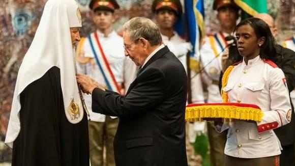 El Presidente Raúl Castro impone al Patriarca Kirill la Orden José Martí. Foto: Agencia Nacional de Noticias.