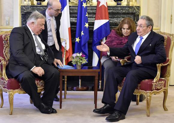 Raúl conversa con el Presidente del Senado francés, Gerard Larcher en París. Foto: Alain Jocard/ AP