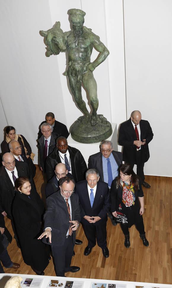 El presidente arribó al Museo del Hombre, impresionante exposición dedicada a la etnología, la antropología y la prehistoria. Foto: Jacky Naegelen, Pool image via AP