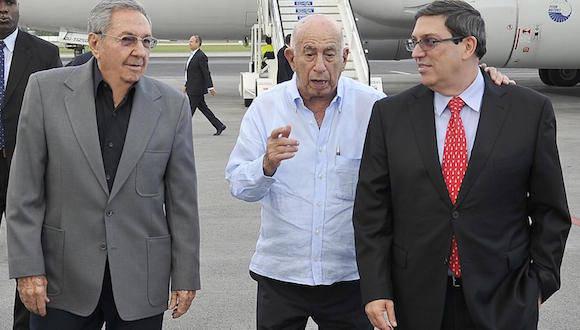 Raúl Castro, José Ramón Machado Ventura y el Canciller Bruno Rodríguez, en la terminal aérea José Martí, este miércoles. Foto: Estudios Revolución
