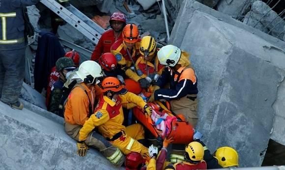 La niña de 8 años fue rescatada de los escombros del edificio de departamentos Wei-Kuan. Foto: Efe.