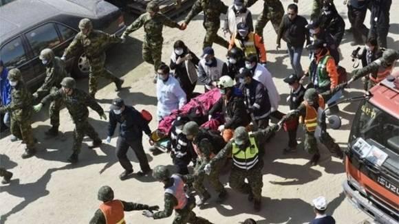 El hombre rescatado había estado hablando con los rescatistas durante la noche. Foto: BBC.