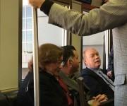 En el tren que llevó al Ministro de la pista aérea hasta la Sala de chequeo de inmigración del Aeropuerto.