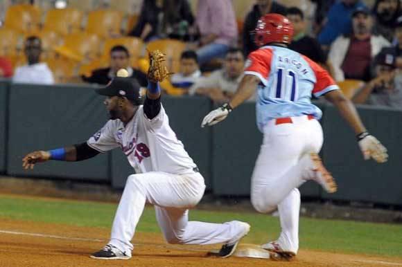 Se embasa Yosvany Alarcón (D), durante el 4to. choque clasificatorio contra  los Leones del Escogido, en la 58 Serie del Caribe de Béisbol, en el Estadio de Quisqueya Juan Marichal, en Santo Domingo, República Dominicana, el 6 de febrero de 2016. Foto: Ricardo López Hevia/ACN/Granma.