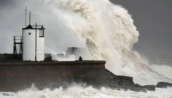 En Gran Bretaña, las costas del sur de Inglaterra y de Gales eran azotadas por intensas lluvias y por vientos de hasta 155 km/h. Foto Ap
