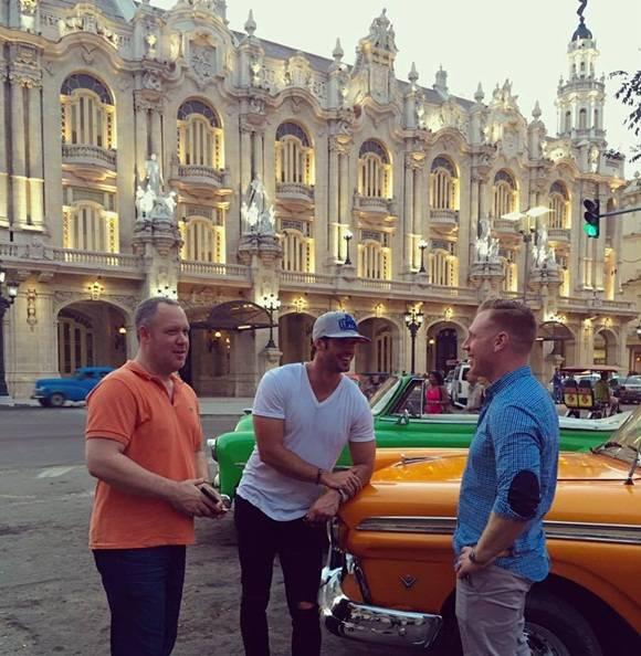 De acuerdo con estas imágenes, el también modelo cubano nacionalizado estadounidense se paseó por las inmediaciones del Capitolio habanero y el Gran Teatro Alicia Alonso.