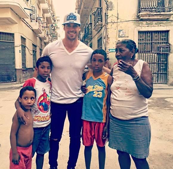 """En uno de sus post en Instagram, Levy compartió, además, una imagen de una mujer fumándose un tabaco cubano. """"No pude aguantar las ganas de tomarle una foto"""", dijo, """"pues el momento, el lugar, la expresión y la actitud dicen más que mil palabras""""."""