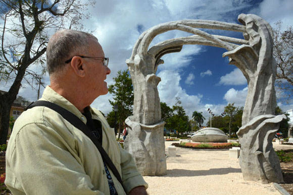 El Maestro Cosme Proenza supervisa los detalles constructivos de El Parque de los Tiempos, conjunto escultórico inspirado en la obra de este artista plástico cubano, en ejecución en la ciudad de Holguín. Foto: Juan Pablo Carreras/ACN