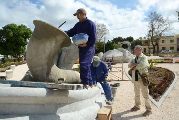 El Maestro Cosme Proenza (D) supervisa los detalles constructivos de El Parque de los Tiempos, conjunto escultórico inspirado en la obra de este artista plástico cubano, en ejecución en la ciudad de Holguín. Foto: Juan Pablo Carreras/ACN