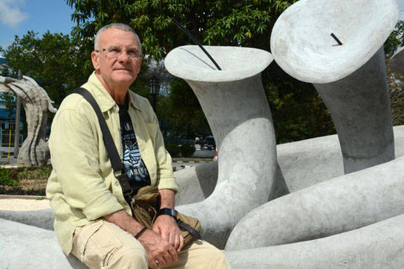 El Maestro Cosme Proenza posa junto a una de las fuentes de El Parque de los Tiempos, conjunto escultórico inspirado en la obra de este artista plástico cubano, en ejecución en la ciudad de Holguín. Foto: Juan Pablo Carreras/ACN