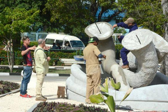 El Maestro Cosme Proenza (segundo de izq. a der.) supervisa los detalles constructivos de El Parque de los Tiempos, conjunto escultórico inspirado en la obra de este artista plástico cubano, en ejecución en la ciudad de Holguín. Foto: Juan Pablo Carreras/ACN
