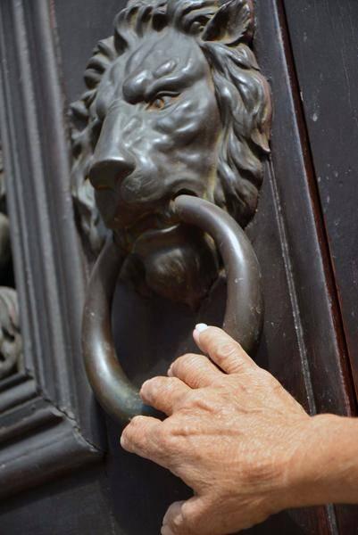 El león, recordatorio del poder colonial español, un motivo común en la forma de varias aldabas en la ciudad de Matanzas, Cuba. Foto: Roberto Jesús Hernández / ACN