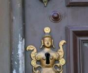 Elementos que aluden a la milenaria cultura asiática, resultan una rareza como adornos de las puertas en la urbe de Matanzas, Cuba. Foto: Roberto Jesús Hernández / ACN