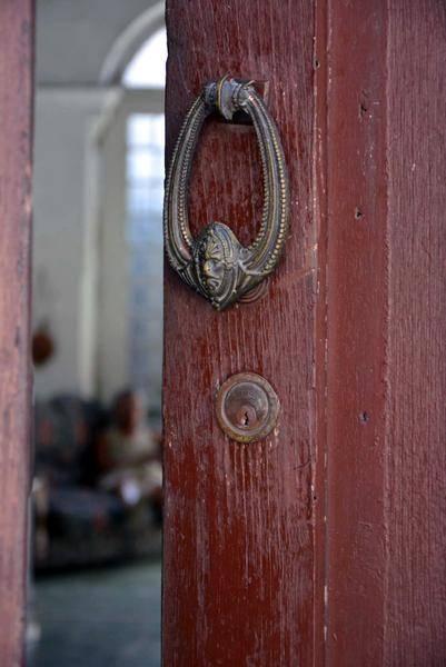 Desde las más elaboradas hasta las más simples, las aldabas antiguas siempre señalan viviendas llenas de historia, en Matanzas, Cuba. Foto: Roberto Jesús Hernández / ACN
