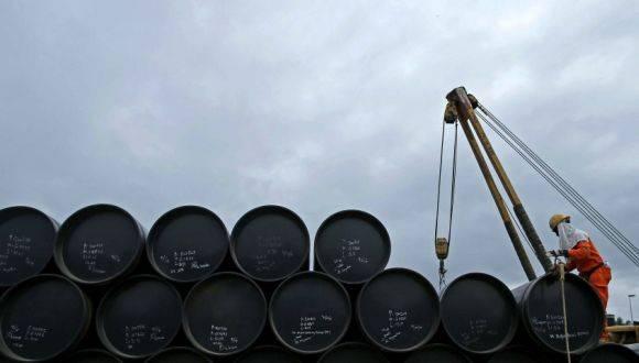 Barriles de petróleo amontonados en Malasia. Foto: Reuters.