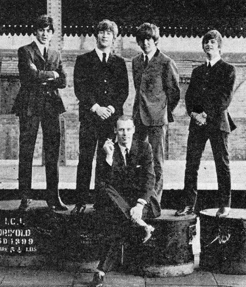 Imagen publicada en Twitter por Ringo Starr al conocer la muerte de George Martin (abajo).
