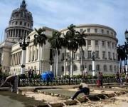 Trabajadores laboran en la reconstrucción de las aceras del Capitolio Nacional, uno de los iconos arquitectónicos de La Habana, Cuba, 17 de marzo de 2016. Foto: ACN/ Abel Padrón Padilla.